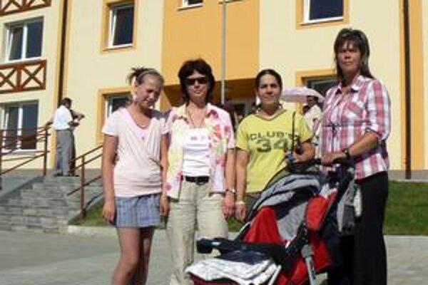Viera Novobiľská (druhá zľava) a Magda Ferková (tretia zľava) hovoria o šťastnom konci ročného trápenia.