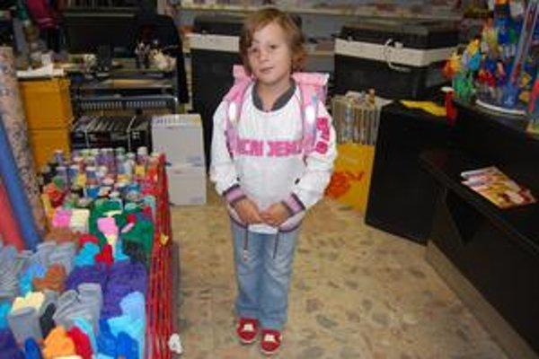 Timka Gavurová. Prváčka Timka sa do školy teší. Vo svoj prvý veľký deň si batoh nechá ešte doma.