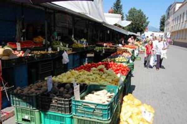 Zeleninový trh. Obchodníci tvrdia, že tovar dovážajú poctivo z juhu alebo veľkoskladu.