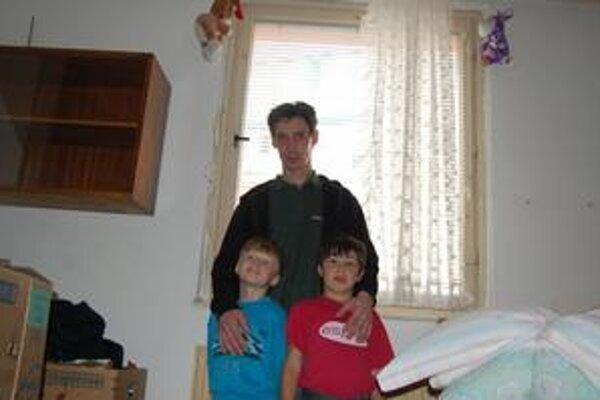Otec so svojimi deťmi. Tieto deti potrebujú otca. Pri nedávnej tragédii prišli o mamku.