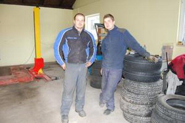 """Boris a Marek. Chlapi """"makajú"""" v pneuservise od rána do noci."""