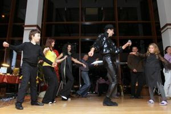 Duch Michaela Jacksona. Takto sa pri tanci zabávali s duchom známej hudobnej legendy.