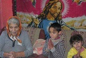 Modlia sa. Rómovia majú vo svojich obydliach množstvo svätých obrazov. Aj po údajných zjaveniach sa modlili.
