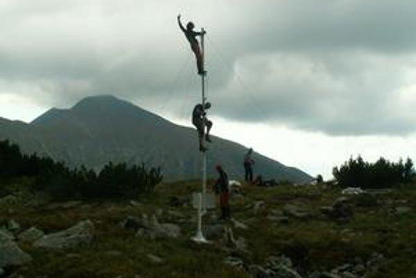 Nová meteostanica. Takto chlapi z horskej služby osádzali stožiare novej meteostanice.