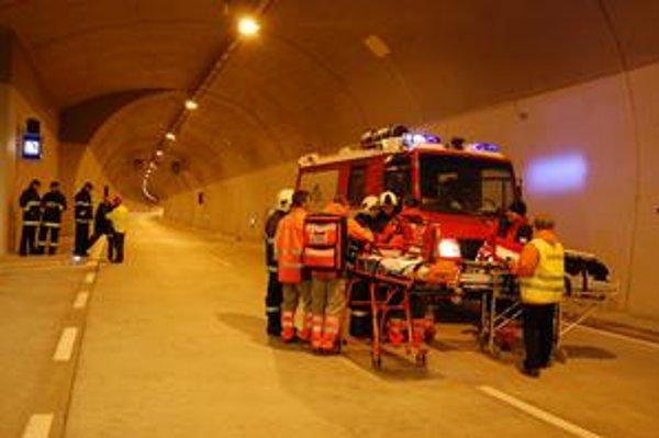 Cvičili v tuneli. Takto vychytávali posledné muchy hasiči, záchranári a policajti.