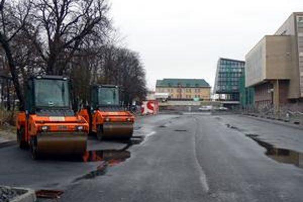 Takto vyzeralo nové parkovisko tesne pred dokončením, dnes sa už dá na ňom parkovať.