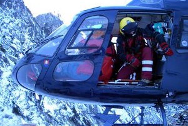 Záchranári z ATE na mieste úrazu litovského horolezca.