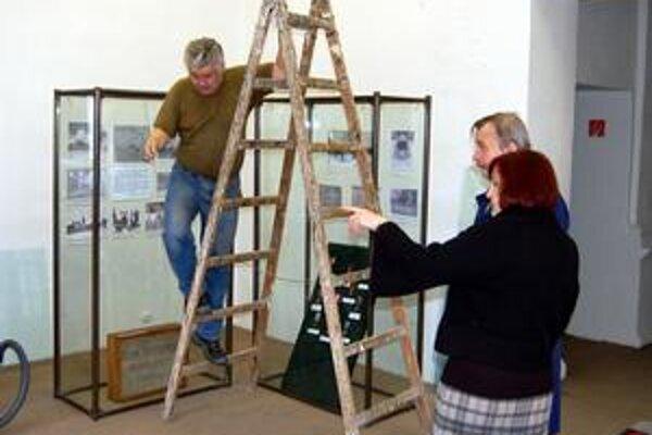 Už v pondelok. Historik Peter Roth s riaditeľkou múzea Magdalénou Bekešovou včera finišovali s inštaláciou výstavy. Prístupná bude už v pondelok.