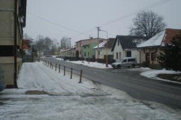 Tatranská ulica. Na tejto ulici vo Veľkej Lomnici chcela trojica podvodníkov obalamutiť dôchodcu.
