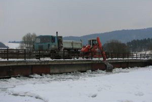 Ľadové kryhy stále ohrozujú aj most na Poprade.