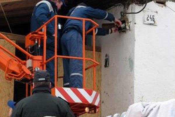 Inšpektori pri dnešnej kontrole v Hranovici zistili 15 zlodejov elektriny.
