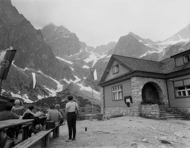 Na snímke Brnčalova chata v nadmorskej výške 1551 m n.m. a Zelené pleso.