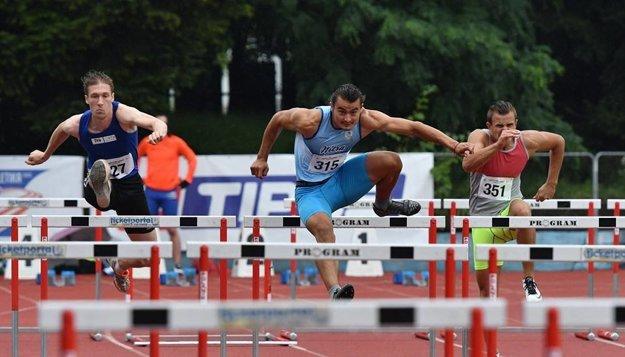 Ján Šuba (v strede) získal bronz na 110 m prek. a v ligovom bodovaní trojskoku obsadil prvé miesto (v pretekoch ho skončil ďalej len Čech Zeman).