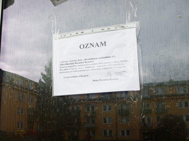 Na dverách vchodov si našli obyvatelia už aj upozornenie.