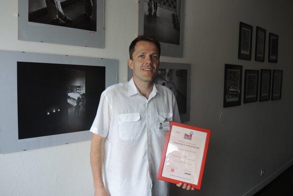 Primár Gynekologicko-pôrodníckej kliniky Peter Kaščák s diplomom.