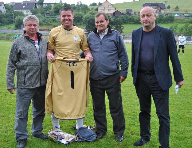 Dlhoročná brankárska opora ŠK Čierne Peter Fonš ukončil na domácom turnaji aktívnu futbalovú činnosť.