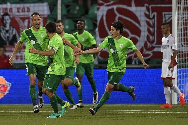 Hráč Olimpije Ľubľana Dejan Kelhar (vľavo) sa teší so spoluhráčmi po góle na 2:1 v odvetnom zápase 2. predkola Ligy majstrov AS Trenčín - NK Olimpija Ľubľana.