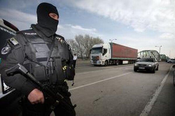 Jednou z akcií polície bol aj zásah kukláčov na Podzávoze.