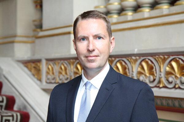 Andy Garth zastupuje ako veľvyslanec Veľkú Britániu na Slovensku.