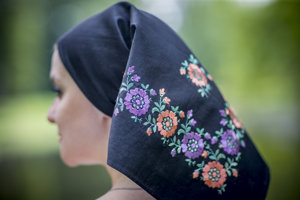 Šatka z čierneho glotu  s výšivkou umelohodvábnou priadzou v kvetinovom vzore z obce Žibritov okolo roku 1930.