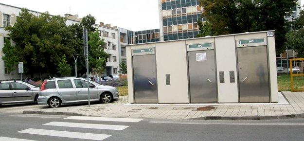 Automatizované toalety za hlavnou poštou sú otvorené denne od 7. do 22. hodiny.