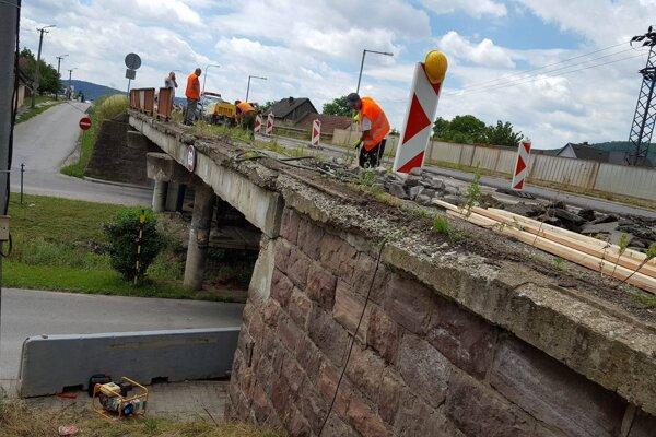 Oprava mosta v Opatovej.
