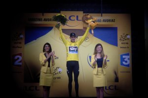 Chris Froome oslavuje celkové víťazstvo na Tour de France tretíkrát v kariére.