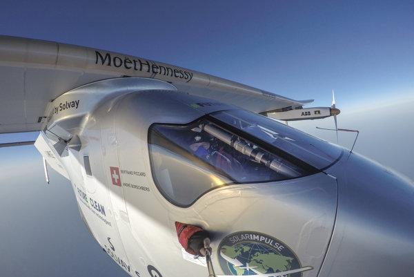 Jednomiestny Solar Impulse 2 začal svoju púť okolo sveta 9. marca 2015 v Abú Zabí.