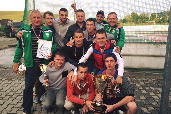 Futbalisti Hôrok oslavujú prvé miesto.