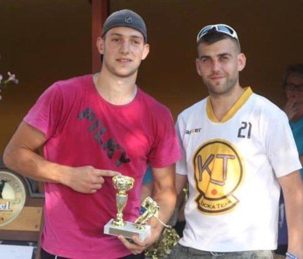Lukáš Piják (vľavo) a Pavol Slovák. Najlepší hráč a najlepší strelec Kocka cup 2016.