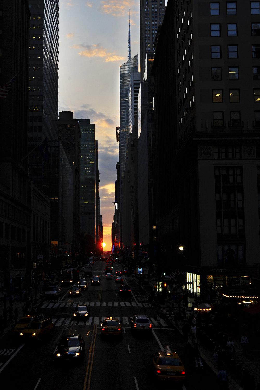 Manhattanhenge sa tento rok vydaril. Počasie fotografom prialo.