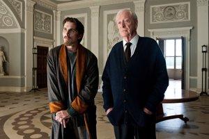 Michael Caine (vpravo) s Christianom Baleom vo filme Návrat temného rytiera.
