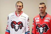 Hráči HC´05 iClinic Banská Bystrica Tomáš Matoušek a Mário Lunter v dresoch s novým logom.