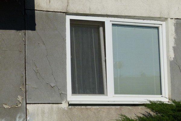 Že s panelákom nie je niečo v poriadku, vidno aj zvonka. Niektoré pôvodné okná popraskali, plastové okno osadili do otvoru, ktorý stratil obdĺžnikový tvar.