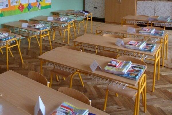 Niektoré školy majú ostať v pondelok zatvorené.