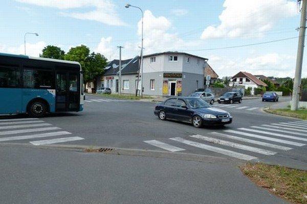 Križovatka ulíc Ludanská cesta a kpt. Nálepku sa zmení na kruhovú.