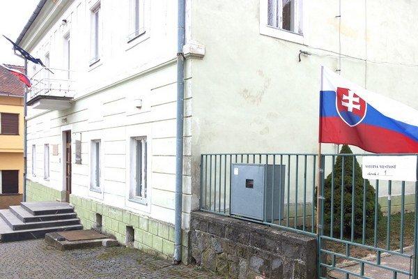 Volebný okrsok číslo jedna sídli v priestoroch Obecného úradu v Pukanci.