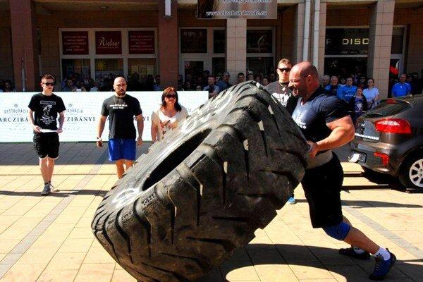 Igor Petrík pri dvíhaní šestokilogramovej pneumatiky, ktorá patrí medzi vôbec najťažšie na svete.