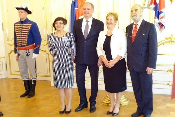 Levičanky Katarína Olejárová a Oľga Kurpášová s prezidentom SR Andrejom Kiskom a prezidentom SČK Viliamom Dobiášom.
