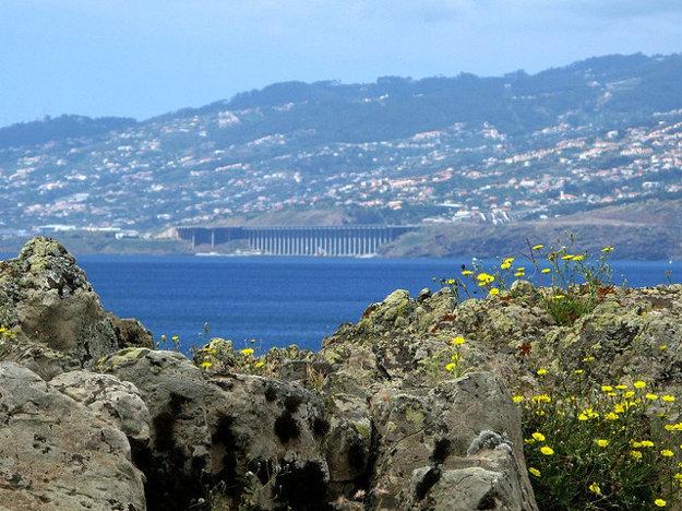 Letisko na Madeire dostalo od miestnych nelichotivú prezývku. Zo zeme vyzerá ako nedokončený diaľničný most.