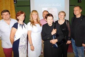 Rodina L. Balleka (zľava syn Rastislav, sestra Jolana Barlová, manželka Anna, brat Jozef), riaditeľka školy a jej zástupkyňa.