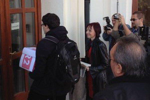 Primátorka Katarína Macháčková priniesla petíciu na úrad vlády.