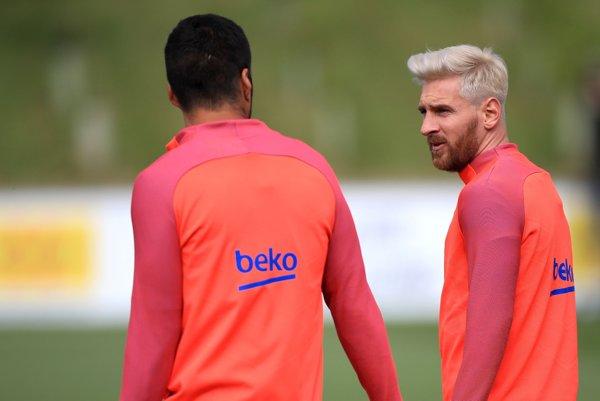 Lionel Messi (vpravo) prekvapil zmenou účesu.