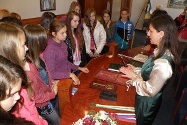 Žiaci sa v obradnej sále zoznámili so symbolmi Prievidze.