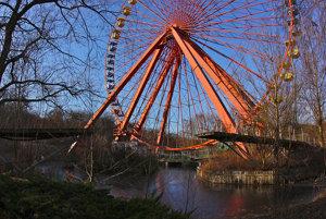 Oustenému zábavnému parku dominuje ruské koleso.