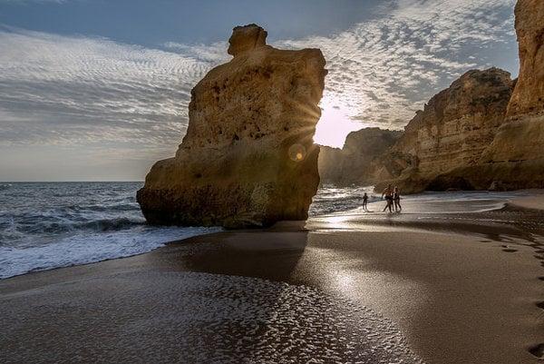 Pláž Marinha leží na pobreží portugalského Algarve.