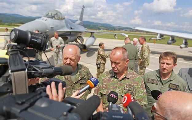 Vľavo charge d'affaires Veľvyslanectva USA v SR Liam Wasley a minister obrany Peter Gajdoš.