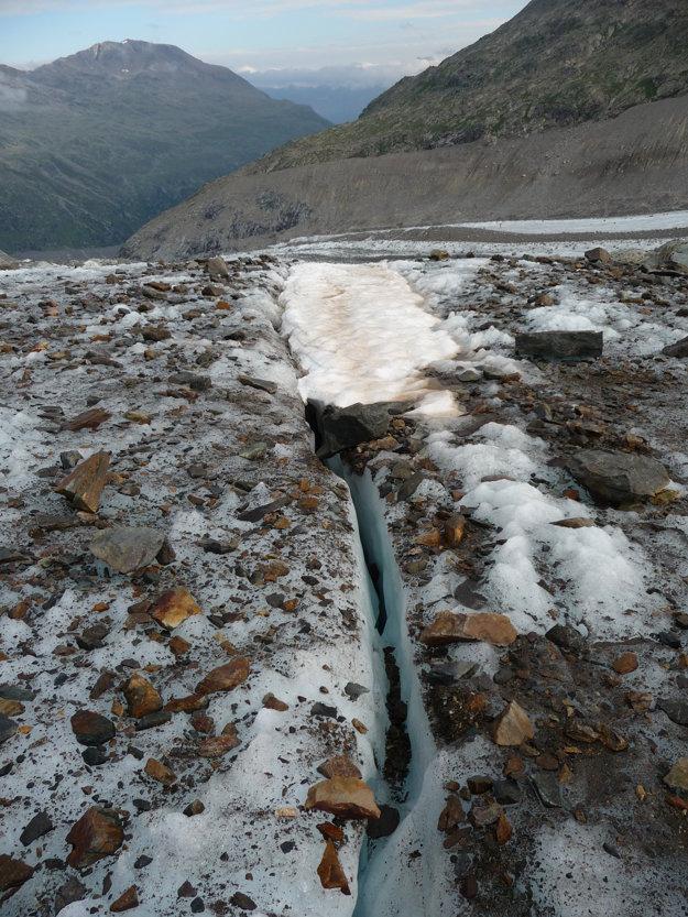V tejto  časti ľadovca sa netreba naviazať lanom. Do tejto trhliny sa vojde približne desať