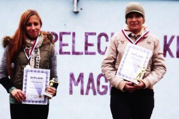Na stupňoch víťazov vľavo Novozámčanka Tünde Bogárová, vpravo Adriana Nosianová zo Šurian.