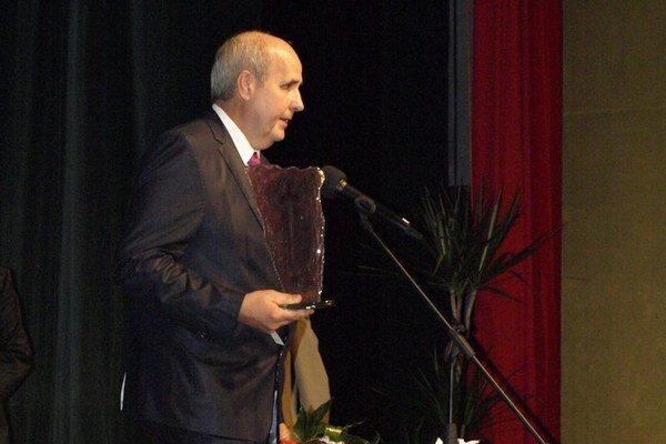 Jozef Barcaj pri preberaní čestného občianstva Nových Zámkov.